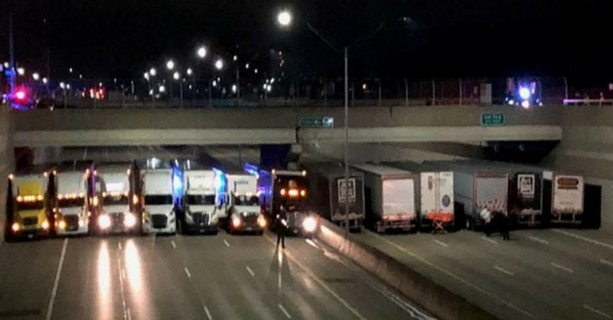 새벽 시간, 대형 트럭 13대가 도로를 막아선 이유