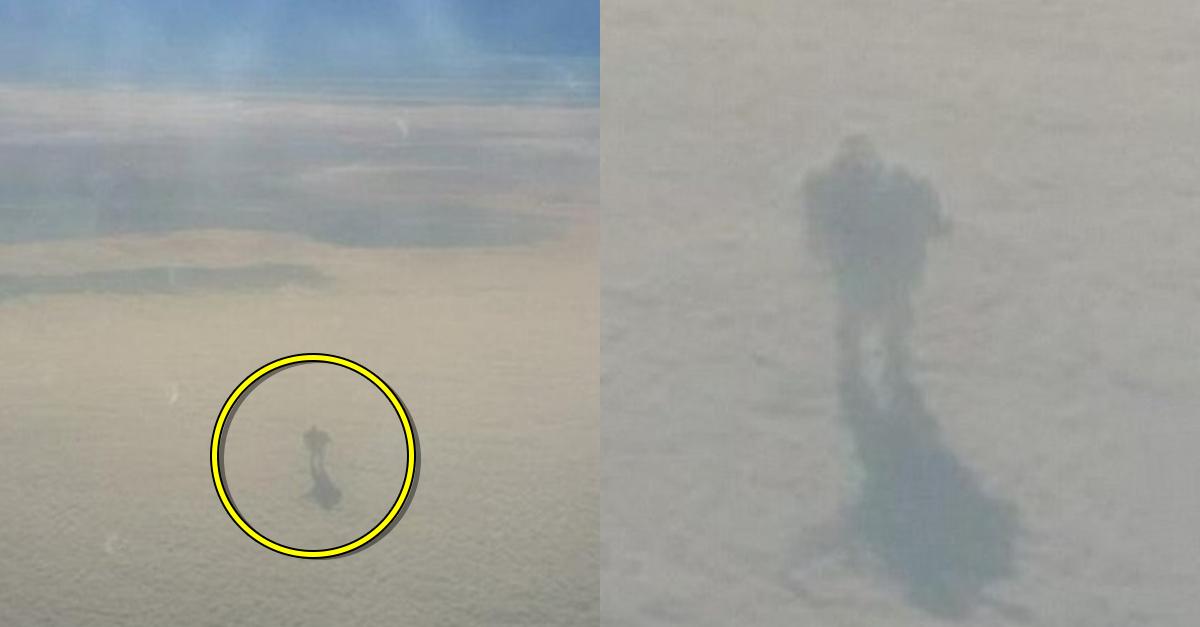 비행기에서 우연히 포착된 구름위에 서 있던 인간 정체