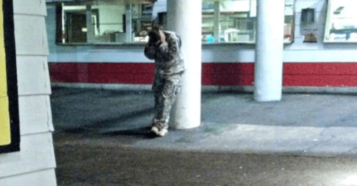 갑자기 PTSD와서 길거리에서 벌벌 떠는 군인